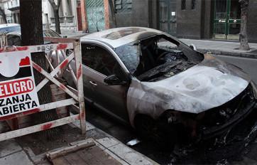 Uno de los autos incendiados.